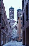 Historiska byggnader i mitten av en europeisk stad arkivbilder