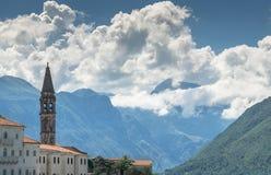 Historiska byggnader i Perast, Montenegro med berg i bakgrunden Fotografering för Bildbyråer