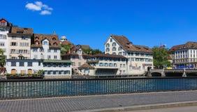 Historiska byggnader längs den Limmat floden i Zurich, Schweiz Royaltyfria Foton