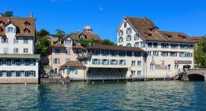 Historiska byggnader längs den Limmat floden i Zurich, Switzerla Arkivfoton