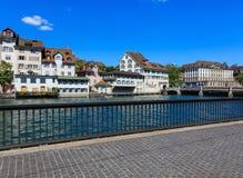 Historiska byggnader längs den Limmat floden i Zurich, Switzerla Royaltyfri Fotografi