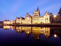 Historiska byggnader längs kanalen i herre Arkivfoto