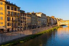 Historiska byggnader längs Riveret Arno i Florence, Italien Royaltyfri Foto