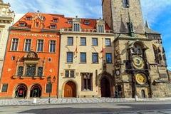 Historiska byggnader och den astronomiska klockan Arkivfoto