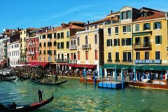 Historiska byggnader och gondoler från den Rialto bron, Venedig, Italien, Europa royaltyfria bilder