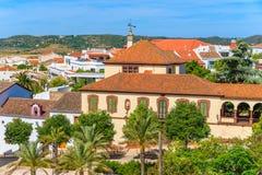Historiska byggnader och palmträd i den Silves staden Arkivbild