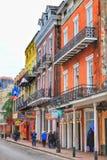 Historiska byggnader på Bourbon Street i fransk fjärdedel på den tidiga natten arkivbilder