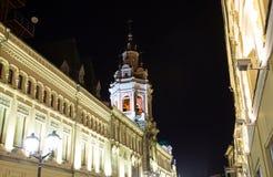 Historiska byggnader på den Nikolskaya gatan nära MoskvaKreml på natten,  Royaltyfri Foto
