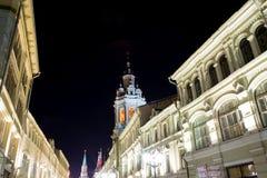 Historiska byggnader på den Nikolskaya gatan nära MoskvaKreml på natten,  Royaltyfri Fotografi