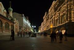 Historiska byggnader på den Nikolskaya gatan nära MoskvaKreml på natten,  Arkivbilder