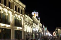 Historiska byggnader på den Nikolskaya gatan nära MoskvaKreml på natten,  Arkivbild