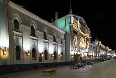 Historiska byggnader på den Nikolskaya gatan nära MoskvaKreml på natten,  Arkivfoto