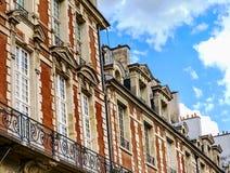 Historiska byggnader på fyrkantiga Louis XIII, ställedes Vosges i Paris Royaltyfri Fotografi