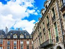 Historiska byggnader på fyrkantiga Louis XIII, ställedes Vosges i Paris Fotografering för Bildbyråer