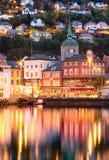 Historiska byggnader på gatan i Bergen, Norge Arkivfoto