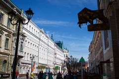Historiska byggnader på gatan i Nizhny Novgorod arkivbilder