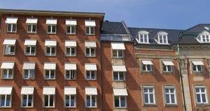 Historiska byggnader på kanalerna av Köpenhamnen, Danmark royaltyfri bild