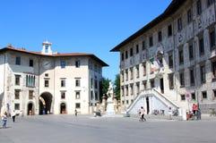 Historiska byggnader på Piazzadeien Cavalieri, Pisa Royaltyfria Bilder