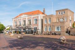 Historiska byggnader på Waalkade i den gamla staden av Zaltbommel som är undre Royaltyfria Foton