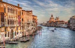 Historiska byggnader p? Grand Canal i Venedig, Italien royaltyfri foto