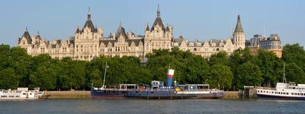 Historiska byggnader på Victoria Embankment, London. Arkivbilder