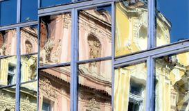 Historiska byggnader, Prague gammal stad, reflekterad i Windows, collage Arkivbilder