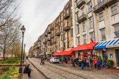 Historiska byggnader shoppar och restauranger i flodgatan, S Fotografering för Bildbyråer