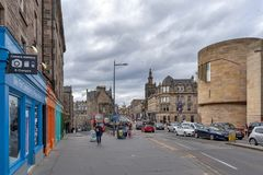 Historiska byggnader tillsammans med av bron för George dropp, den högstämda gatan med sikt in mot kunglig mil och banken av Skot Arkivfoton