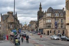 Historiska byggnader tillsammans med av bron för George dropp, den högstämda gatan med sikt in mot kunglig mil och banken av Skot Royaltyfria Bilder