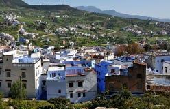 Historiska Chefchaouen i Marocko med de Rif bergen Arkivbilder