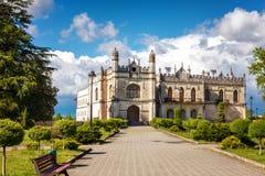 Historiska Dadiani slottar och arkitektoniskt museum lokaliserad insida en parkera i Zugdidi, Georgia Arkivbild
