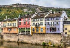 Historiska färgglade byggnadsfasader i Lovech, Bulgarien Med OS fotografering för bildbyråer
