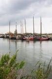 Historiska fiskeships förtöjde i Nederländerna Arkivbilder