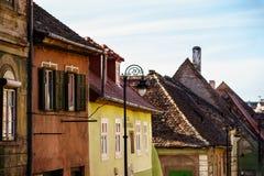 Historiska gamla byggnader i den medeltida staden Sibiu arkivfoto