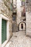 Historiska gator av staden Trogir fotografering för bildbyråer