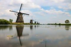 Historiska holländska väderkvarnar på en kanal i Kinderdijk royaltyfri bild