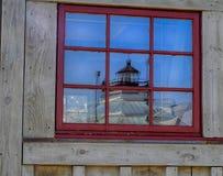Historiska Hooper Strait Lighthouse reflekterad i fönster royaltyfri bild