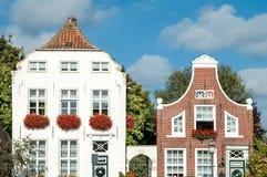 Historiska hus i Greetsiel, Tyskland Arkivfoto