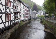 Historiska hus i Monschau Arkivbilder
