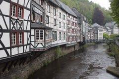 Historiska hus i Monschau Arkivfoto