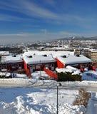 Historiska hus i Oslo under snön Arkivbilder