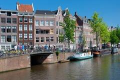 Historiska hus längs den Amsterdam kanalen Fotografering för Bildbyråer