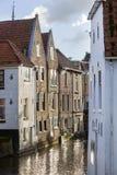 Historiska hus längs en kanal i Nederländerna royaltyfri bild