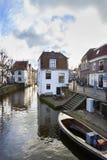 Historiska hus längs en kanal i Oudewater i Nederländerna royaltyfri foto