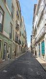 Historiska hus med azulejotegelplattor på deras väggar i Lissabon, Portugal royaltyfri foto