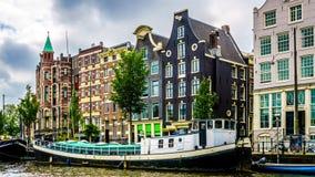 Historiska hus med Klocka gavlar i Amsterdam arkivbild