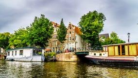 Historiska hus med Klocka gavlar i Amsterdam arkivfoto