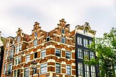 Historiska hus med moment och Klocka gavlar i Amsterdam royaltyfri bild
