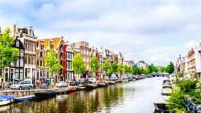 Historiska hus med olika typer av gavlar i Amsterdam arkivbild