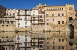 Historiska hus med reflexion i floden i Valderrobres Royaltyfri Bild